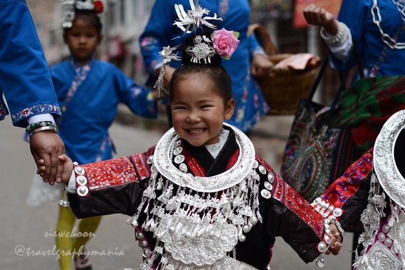 小孩灿烂地笑着走到踩鼓场 Little girl with bright smile walking to the square